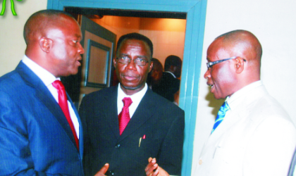 Pro-Chancellor of University of Port Harcourt, Dr Sam Shere (left) exchanging views with National President of UNIPORT Alumni Association, Mr Samuel Iyoyo (right) and Vice Chancellor of the institution, Prof Don Baridam, during the 2009 Annual Lecture/Dinner/Award of the Rivers chapter of the alumni, at Hotel Presidential, Port Harcourt, last Friday. Photo: Chris Monyanaga.