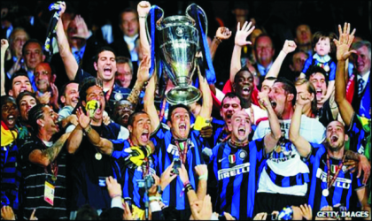 Inter Players and fans jubilating with the European Champion's trophy after beating Bayern 2-0, yesterday.