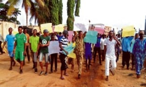 Peaceful protest by youths from Ehingbo area of Omu-aran in Kwara State against five month- power black-out last Monday. Photo: NAN