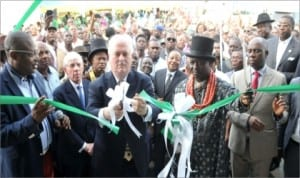 Former Prime Minister of Ireland, John Bruton (middle) cutting the tape to officially inaugurate the Primary Health Centre at Ozuoba in Obio/Akpor LGA. He is flanked by Rivers State Governor, Chibuike Amaechi (right), Nyeweali Akpor Kingdom, Eze Aniele Agbaraka Orlu, (2nd right), former British Foreign Secretary, Jack Straw (2nd left)  and Rivers State Commissioner for Health, Sampson Parker, at the commissioning.