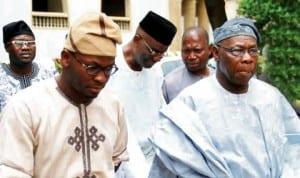 Former President Olusegun Obasanjo (right)with the son of late  Alhaji Azeez Arisekola Alao, Alhaji Yisa Arisekola Alao, during his visit to the family in Ibadan, last Saturday. Photo: NAN