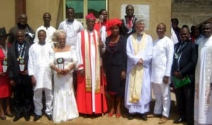 Rt. Rev. Owen Nwokolo, Anglican Bishop of the Diocese on the Niger (middle) and his wife, Dr Elsie (4th right),during his visit to Chapel of Restoration, Onitsha Prisons last Monday. With them are the Anglican Bishop of the Diocese on the Niger in Anambra State.