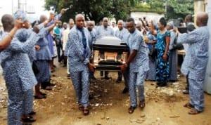 Members of Nigeria Union of Journalists (NUJ), carrying the casket of the former President of NUJ, Mr Ndagene Akwu to NUJ Secretariat in Port Harcourt last Saturday.