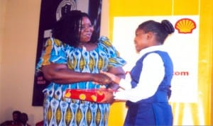 Rivers State Commissioner for Information & Communications Mrs Ibim Semeritari presenting items to another beneficiary of cradle to career scholarship scheme organised by SPDC last Friday at brookstone schl. Igwuruta, Port Harcourt. Photo: Obinna Prince Dele