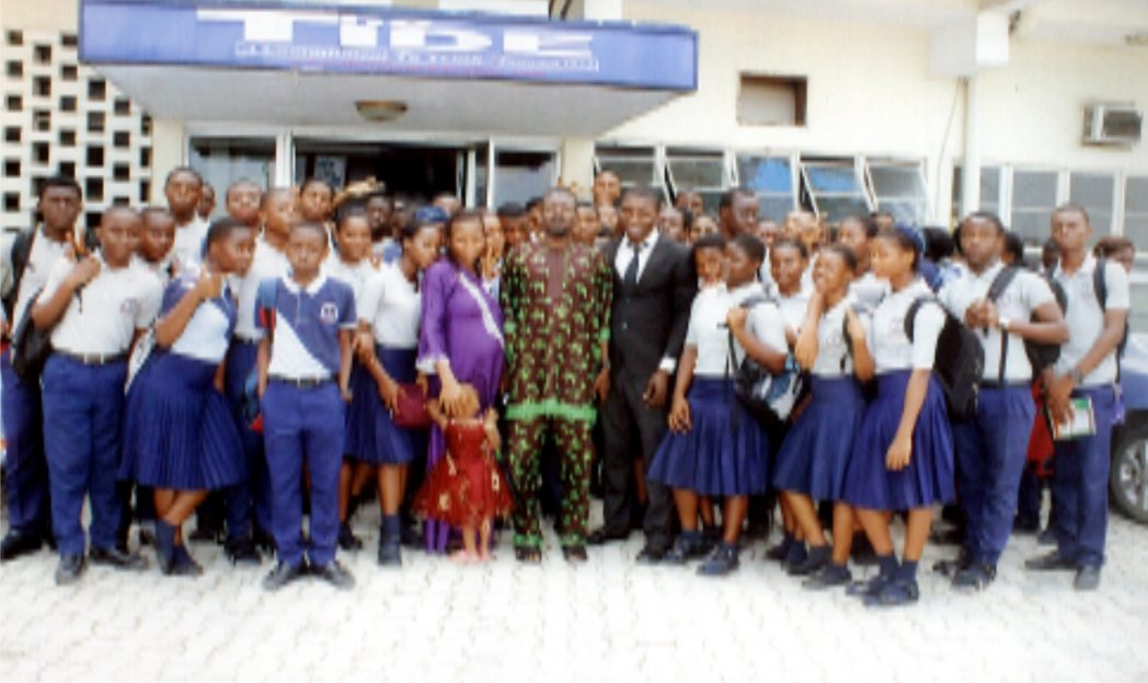Acting News Editor, Rivers State Newspaper Corporation, Dr. Alpheus Paul-Worika (middle) in a group photograph with pupils from Emarid College, Port Harcourt during their excursion visit to the corporation, last Friday. Photo: Egberi .A. Sampson