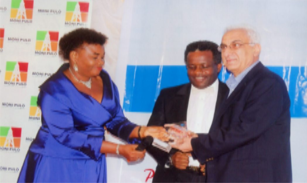 Permanent Secretary of Commerce and Industry, Rivers State, Ms Kadilo Brown (left) presenting an award to Managing Director, Weco, Saaaleh A. Habib (right) during the Garden City Corporate award organised by Ministry of Commerce and Industry in Port Harcourt. With them is President, PHACCIMA, Engr. Emeka Unachukwu. Photo: Egberi  A. Sampson