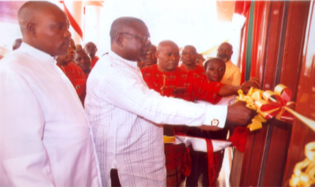Chairman of the occasion, Mr Tamuno Ajubo Atamuno cutting the tape to declare the Speed Boat House Open at Okrika  recently,  while Rev. Iyolobia Tamunokonbia and members of the Association watch