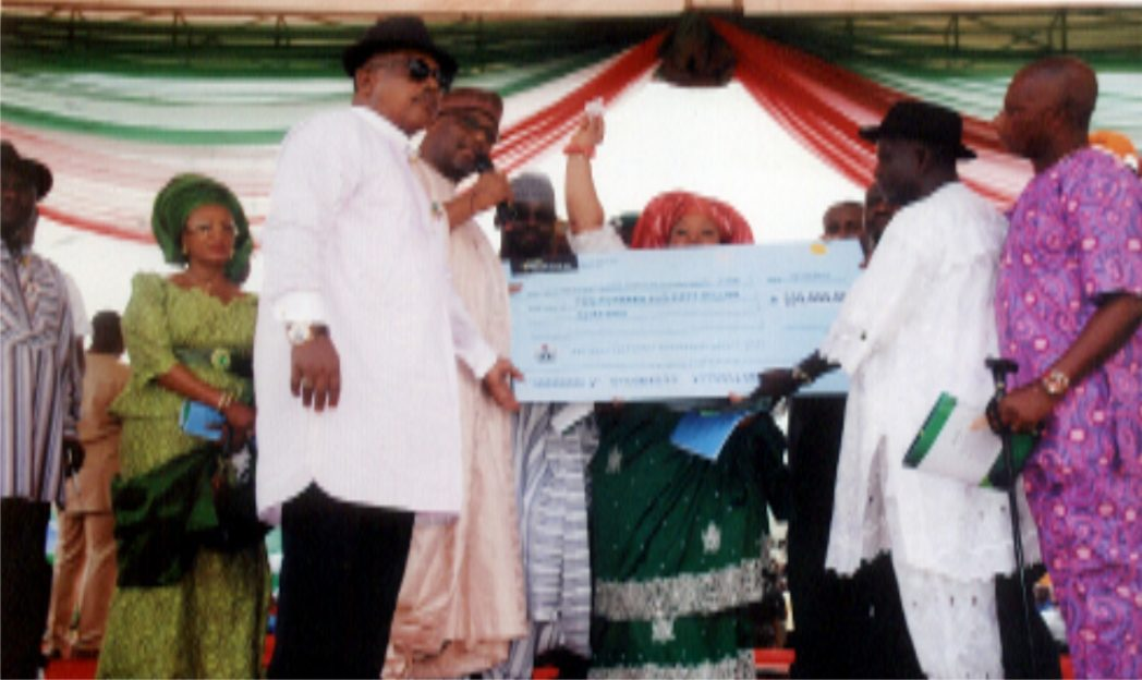 Chief ThankGod Ebere (2nd right) receiving a cheque from the National Chairman of Peoples Democratic Party Alhaji Adamu Mu'azu during the National Chairman's Official visit to Port Harcourt at Rumuwoji