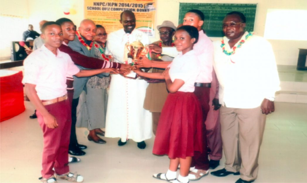 The Dean of St Stephen's Cathedral, Bonny, the Very Revd Richard I. Hart with other dignitaries presenting the first position trophy to the winning school - Spring Foundation College, Bonny.