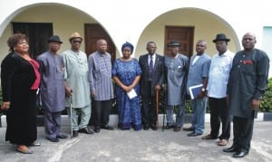 Dr (Mrs) Fabiya Amakiri (middle) in a group photograph with colleagues and friends of her late husband, Sir A. A. Amakiri, during their condolence visit in Port Harcourt, last Tuesday.